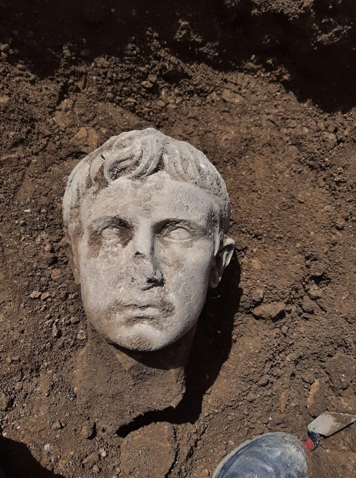 A peça foi esculpida no mesmo em mármore Lunigiana, que popularmente é conhecido como mármore de Carrara