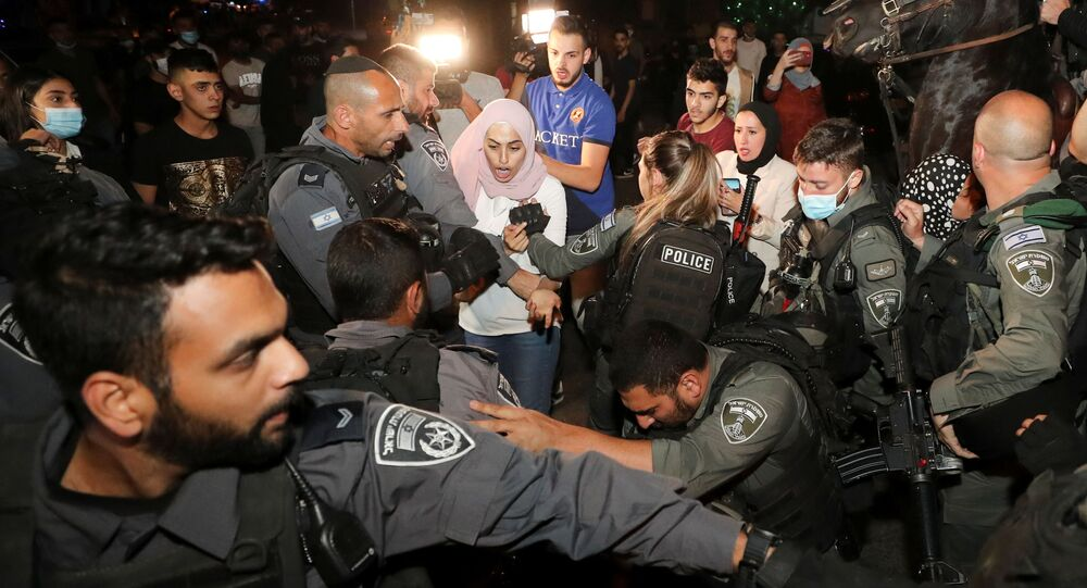Um residente palestino reage durante brigas com a polícia israelense em meio à tensão contínua antes de uma audiência em uma disputa de propriedade de terras entre israelenses e palestinos no bairro Sheikh Jarrah, em Jerusalém Oriental, em 4 de maio de 2021.