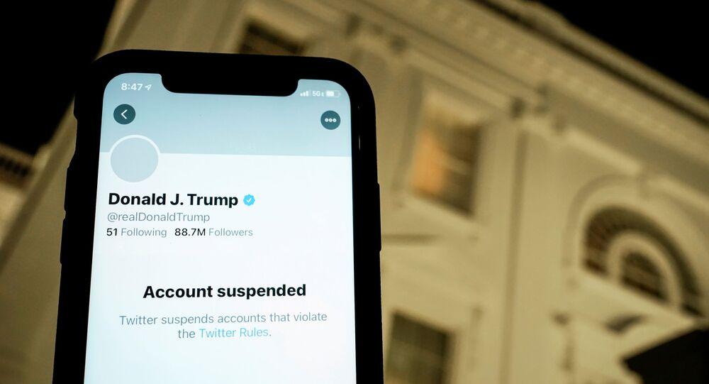 Ilustração mostra conta suspensa de Donald Trump no Twitter em um celular no fundo da Casa Branca em Washington