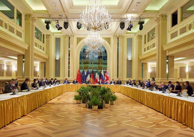 Enrique Mora, vice-secretário-geral do Serviço Europeu de Ação Externa (EEAS, na sigla em inglês) e Abbas Araghchi, negociador do Ministério das Relações Exteriores do Irã, aguardam o início da reunião da Comissão Mista do Plano de Ação Conjunto Global (JCPOA, na sigla em inglês) em Viena, Áustria, 17 de abril de 2021