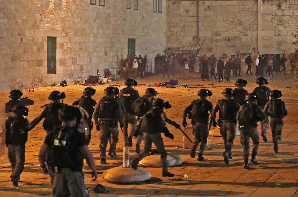 Forças de segurança israelenses avançam, em meio a confrontos com manifestantes palestinos, em direção à Mesquita al-Aqsa em Jerusalém, 7 de maio de 2021