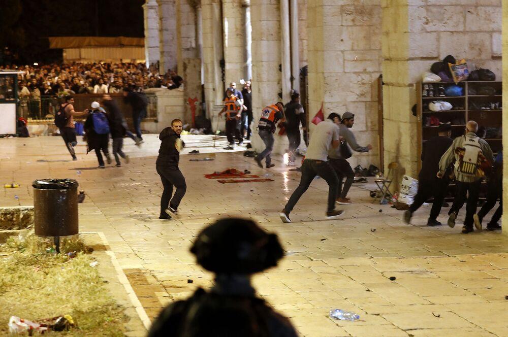Forças de segurança israelenses em confrontos com manifestantes palestinos junto à Mesquita Al-Aqsa em Jerusalém, em 7 de maio de 2021