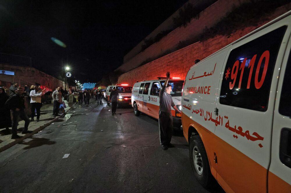 Ambulâncias do Crescente Vermelho Palestino esperam, perto da Porta dos Leões de Jerusalém, para transportar os feridos durante os confrontos entre manifestantes e forças de segurança israelenses, Israel, 7 de maio de 2021