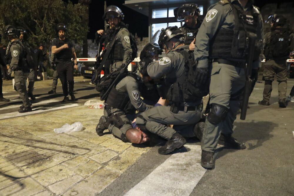 Guardas de fronteira israelenses detêm manifestante palestino durante os confrontos em Jerusalém Oriental, 7 de maio de 2021