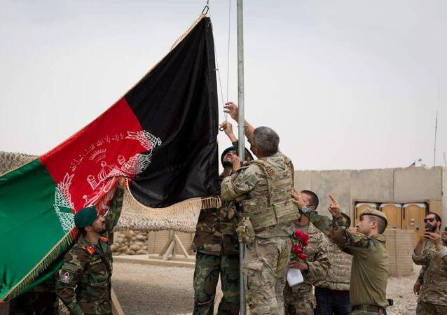 Cerimônia de transferência em Camp Anthonic, do Exército dos EUA, para as Forças de Defesa Afegãs na província de Helmand, Afeganistão , 2 de maio de 2021.
