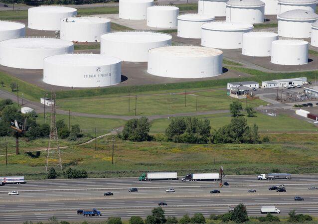 O tráfego passa pelos tanques de armazenamento de óleo de propriedade da Colonial Pipeline Company em Linden, N.J. em 8 de setembro de 2008