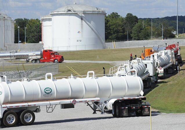 Caminhões-tanque se alinham em uma instalação da Colonial Pipeline em Pelham, Alabama, EUA (foto de arquivo)