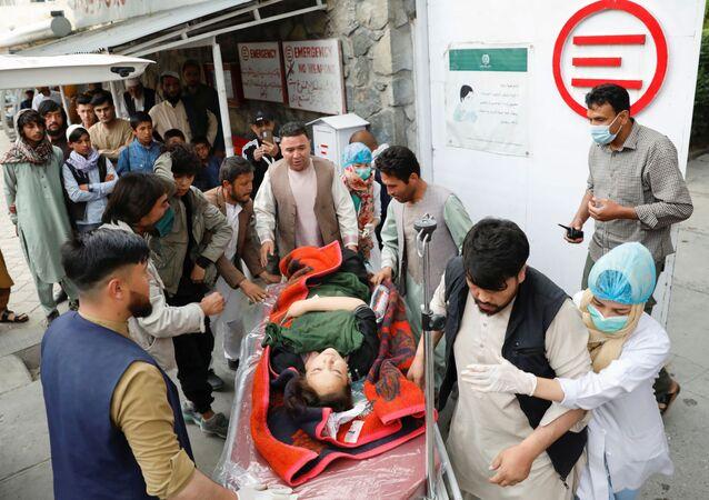 Uma mulher ferida é transportada para um hospital após uma explosão em Cabul, Afeganistão, em 8 de maio de 2021