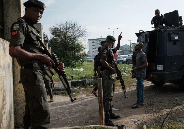 Em Port Hartcourt, na Nigéria, policiais fazem a segurança durantes as eleições locais, em 24 de fevereiro de 2019