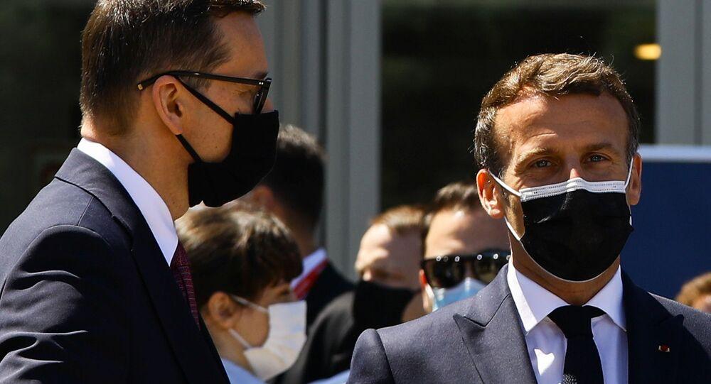 Na cidade do Porto, em Portugal, o presidente francês, Emmanuel Macron, e o premiê polonês, Mateusz Morawiecki, usam máscaras contra a COVID-19, após encontro de líderes da União Europeia, em 8 de maio de 2021