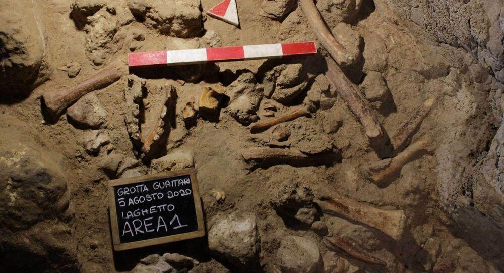Caverna próxima a Roma onde foram encontrados os fósseis de 9 neandertais