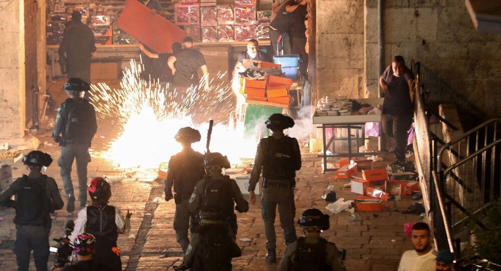 Confronto entre manifestantes palestinos e policiais israelenses na Cidade Velha de Jerusalém, na noite de 8 de maio de 2021