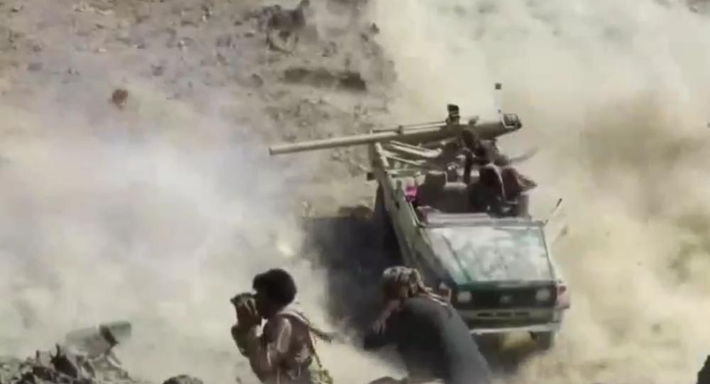 Houthis disparam contra forças leais ao governo do presidente exilado Abd Rabbuh Mansur Hadi durante confrontos perto de Marib, no Iêmen