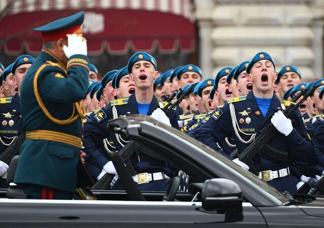 Ministro da Defesa da Rússia Sergei Shoigu saúda os militares durante a Parada da Vitória em Moscou, Rússia, 9 de maio de 2021