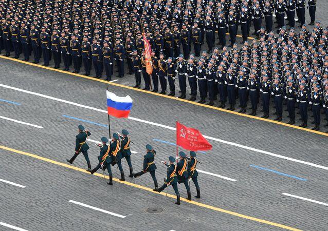Bandeira da Federação da Rússia e o símbolo da vitória na Grande Guerra pela Pátria na Parada da Vitória em Moscou, Rússia, 9 de maio de 2021