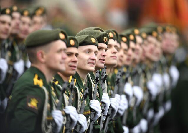 Militares de companhia da Academia Militar da Força Estratégica de Mísseis durante a Parada da Vitória, Moscou, Rússia, 9 de maio de 2021