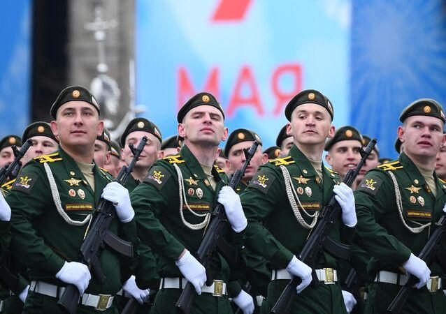 Tropas de Defesa Nuclear, Biológica, Química e Radiológica no desfile militar em Moscou, Rússia, 9 de maio de 2021