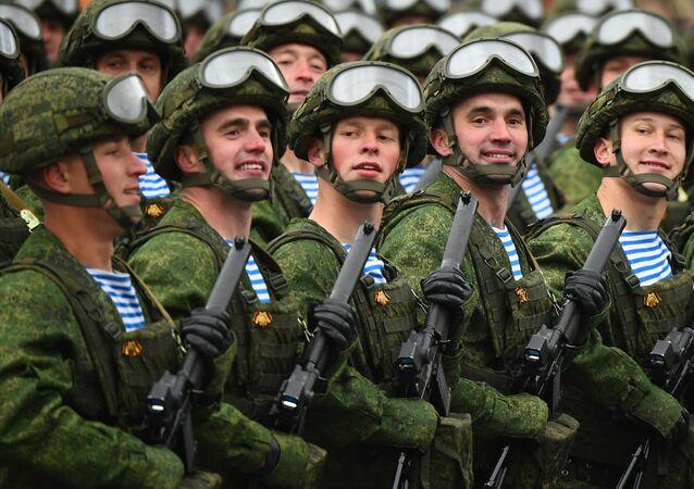 Forças Aerotransportadas durante o desfile militar no Dia da Vitória, 9 de maio de 2021