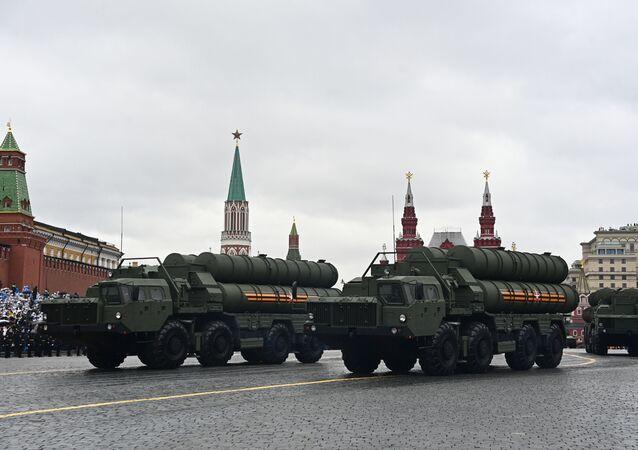 Sistemas de mísseis antiaéreos S-400 Triumph na Parada da Vitória em Moscou, Rússia, 9 de maio de 2021