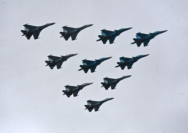 Esquadrilha tática de 10 aviões – caças-bombardeiros Su-34 e caças Su-30SM e Su-35S sobrevoam a Praça Vermelha, Moscou, Rússia, 9 de maio de 2021