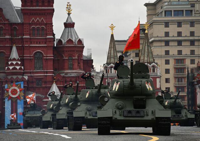 Tanques T-34-85 durante a Parada da Vitória em Moscou, Rússia, 9 de maio de 2021
