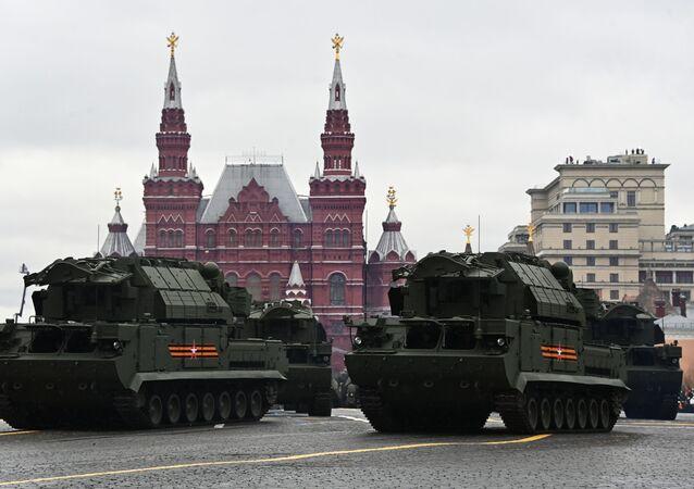 Sistema tático de mísseis antiaéreos autopropulsado Tor-M2 durante o desfile militar no Dia da Vitória, Moscou, Rússia, 9 de maio de 2021
