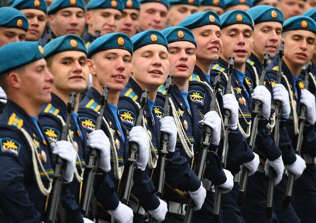 Regimento da Força Aeroespacial passa em desfile militar no Dia da Vitória em Moscou, Rússia, 9 de maio de 2021