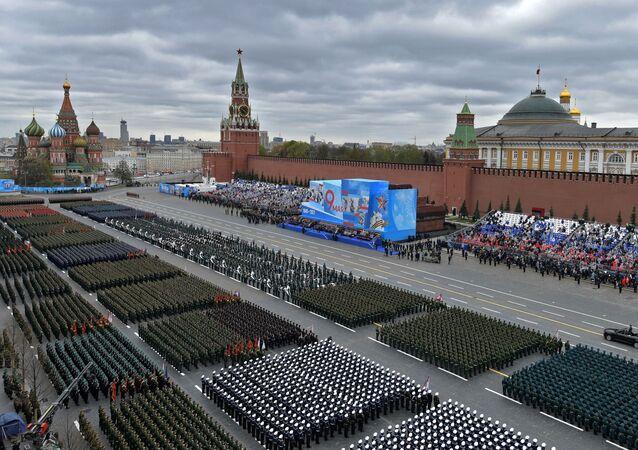 Tropas em parada durante o desfile militar em homenagem ao 76º aniversário da vitória na Grande Guerra pela Pátria, Moscou, Rússia, 9 de maio de 2021