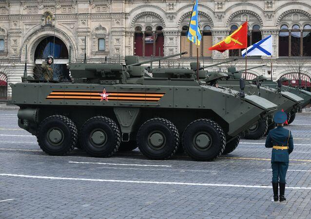 Veículos blindados de transporte de pessoal Bumerang durante o ensaio geral da Parada da Vitória em homenagem ao 76º aniversário da vitória na Grande Guerra pela Pátria, Moscou, Rússia, 7 de maio de 2021