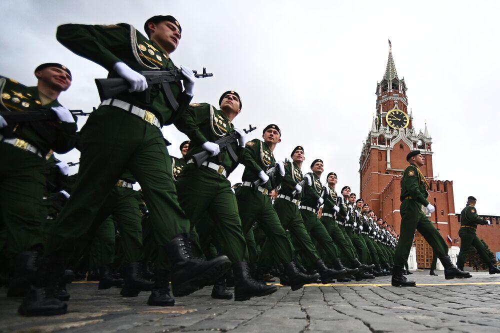 Estudantes da Escola Superior Militar de Comando de Moscou antes do início da Parada da Vitória em Moscou, Rússia, 9 de maio de 2021