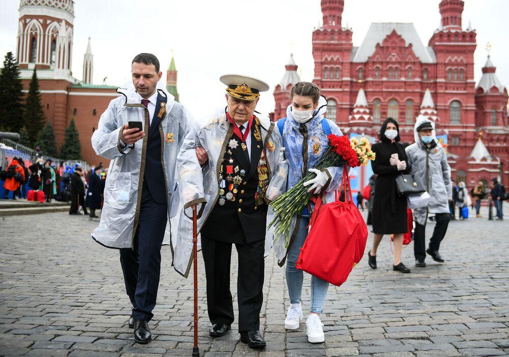 Veterano da Grande Guerra pela Pátria na Praça Vermelha após a Parada da Vitória em Moscou, Rússia, 9 de maio de 2021