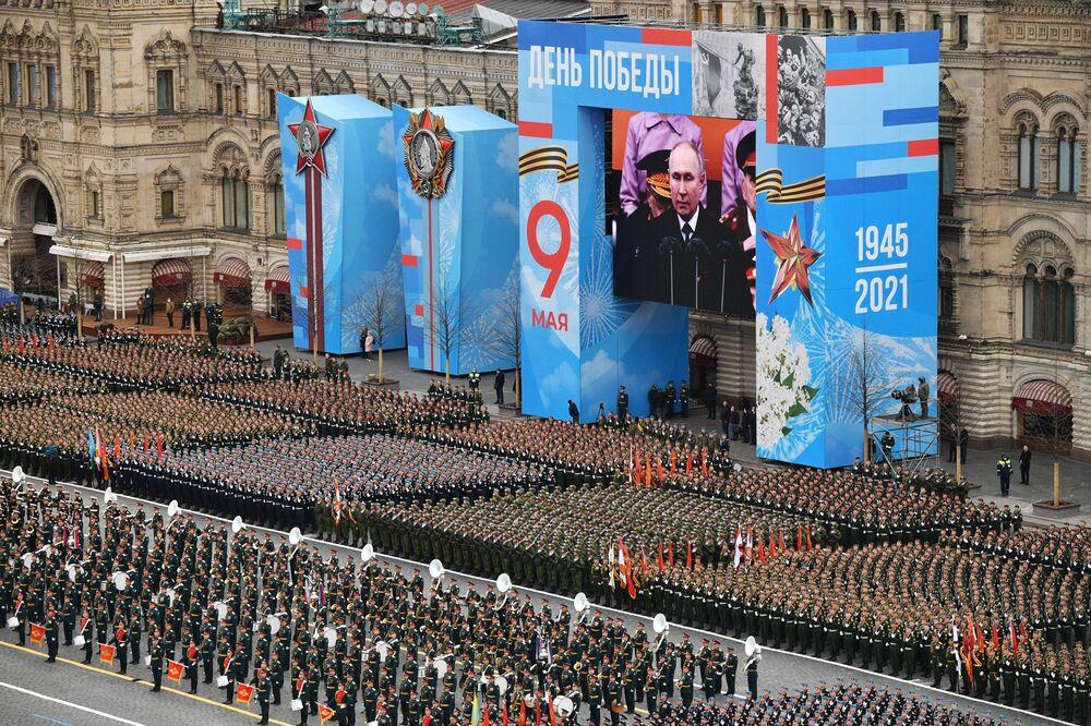 Tropas em parada durante o desfile militar no Dia da Vitória em Moscou, Rússia, 9 de maio de 2021