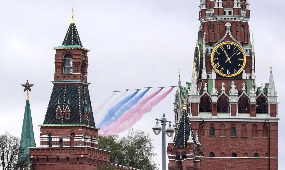 Jatos de ataque ao solo Su-25BM marcando no céu as cores da bandeira russa – branco, azul e vermelho – durante a parte aérea da Parada da Vitória em Moscou, Rússia, 9 de maio de 2021