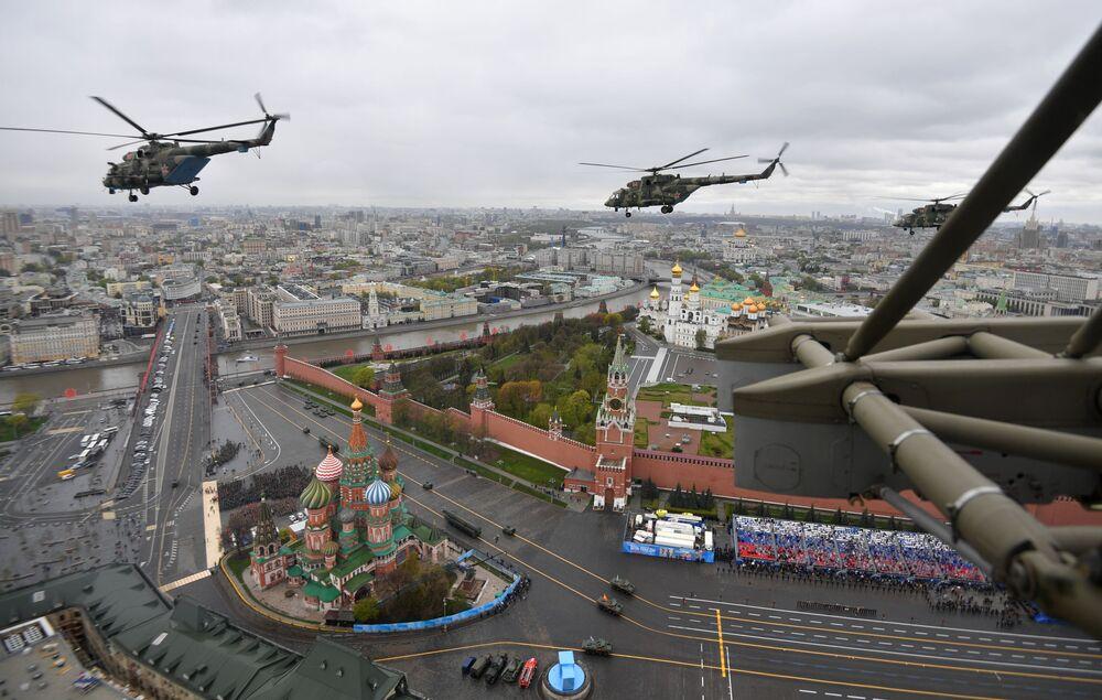 Helicópteros multifuncionais Mi-8 durante a parte aérea do desfile no Dia da Vitória em Moscou, Rússia, 9 de maio de 2021