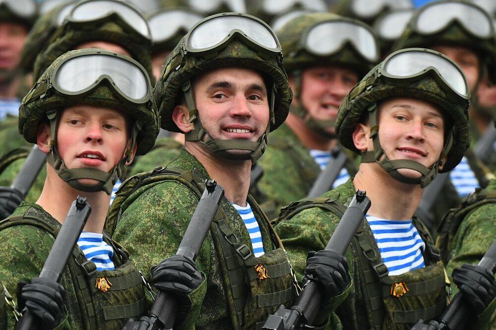 Forças Aerotransportadas durante o desfile militar em homenagem ao 76º aniversário da vitória na Grande Guerra pela Pátria, Moscou, Rússia, 9 de maio de 2021