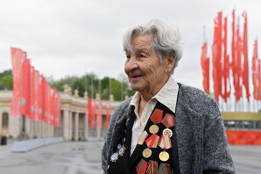 Veterana da Grande Guerra pela Pátria no Parque Gorky durante as celebrações do 76º aniversário da vitória na Grande Guerra pela Pátria, Moscou, Rússia, 9 de maio de 2021