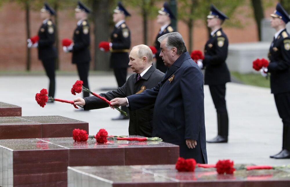 Presidente da Rússia Vladimir Putin e presidente do Tajiquistão Emomali Rakhmon (à esquerda) colocam flores na Aleia das Cidades-Herói perto do Túmulo do Soldado Desconhecido, Moscou, Rússia, 9 de maio de 2021