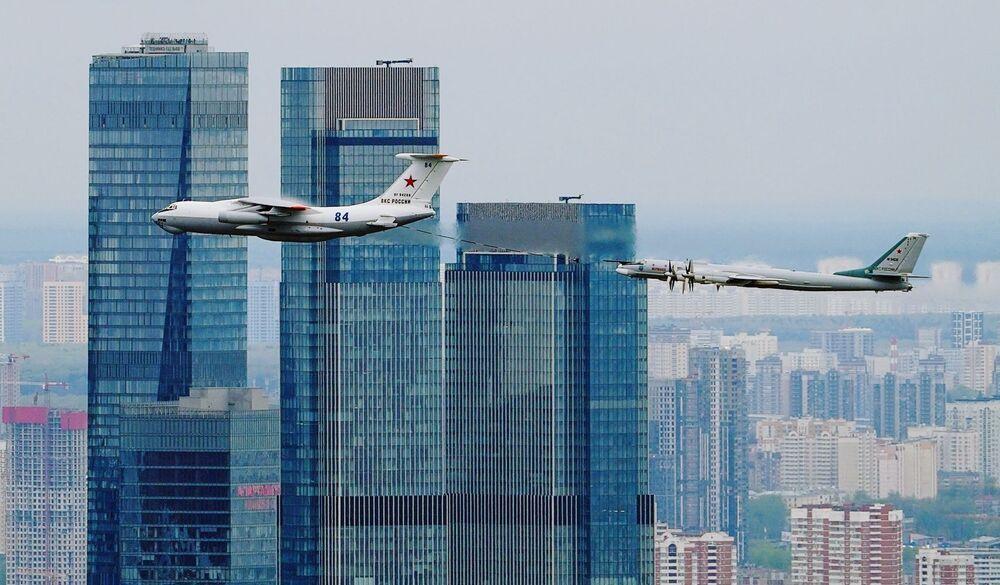 Avião-reabastecedor Il-78 e bombardeiro estratégico Tu-95MS sobrevoam Moscou durante a parte aérea da Parada da Vitória, Rússia, 9 de maio de 2021