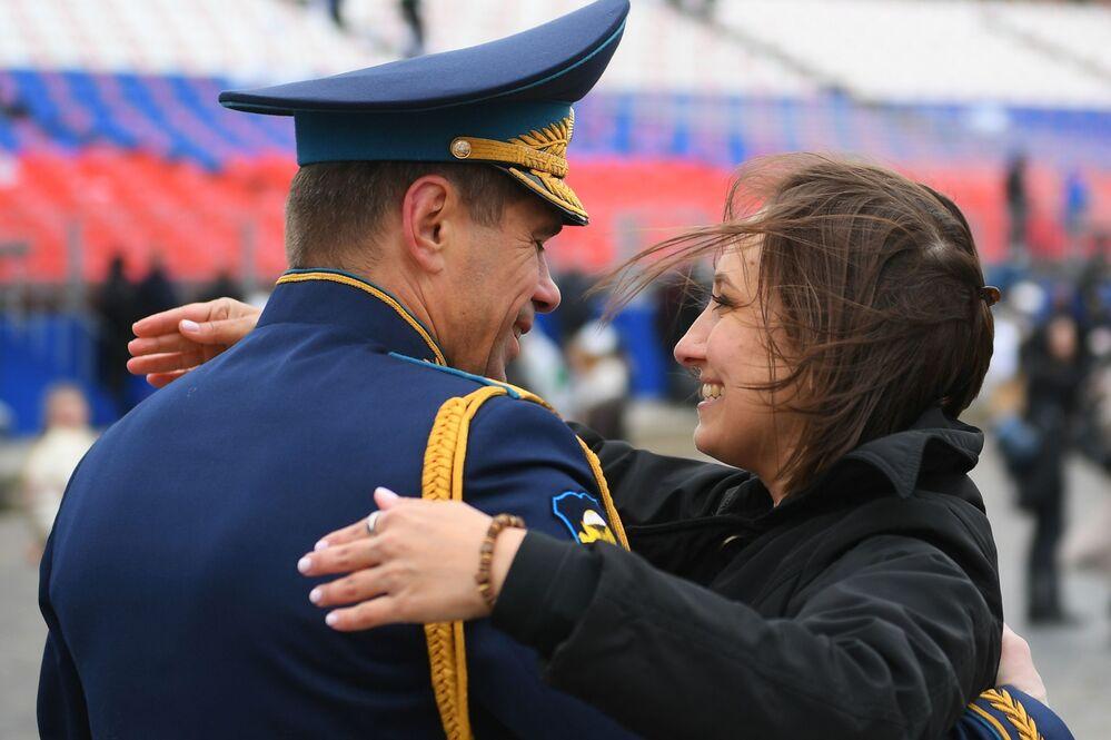 Militar e mulher após a Parada da Vitória em Moscou, Rússia, 9 de maio de 2021