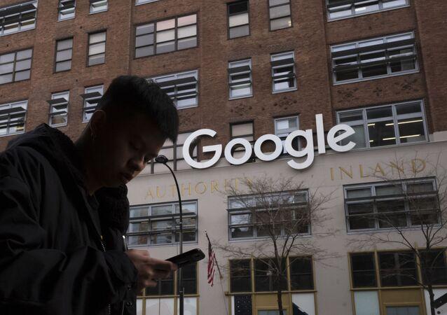 Homem usando um telefone celular passando pelos escritórios do Google em Nova York, 17 de dezembro de 2018