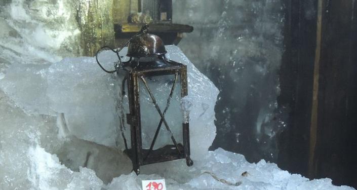 Uma lanterna em caverna na Itália