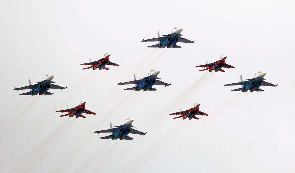 Manobra Brilhante de Kubinka é realizada pelos grupos de acrobacia aérea Russkie Vityazi em caças Su-30SM e Strizhi em MiG-29 durante o show aéreo da Parada da Vitória em Moscou, Rússia, 9 de maio de 2021