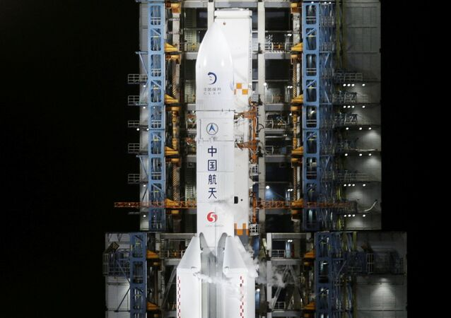 Foguete Longa Marcha 5 Y5, que carrega a sonda lunar Chang'e-5, antes de decolar do Centro de Lançamento Espacial Wenchang, em Wenchang, província de Hainan, China, 24 de novembro de 2020
