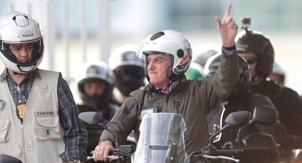 Presidente do Brasil, Jair Bolsonaro, em passeio de moto em prol do Dia das Mães, em Brasília, 9 de maio de 2021