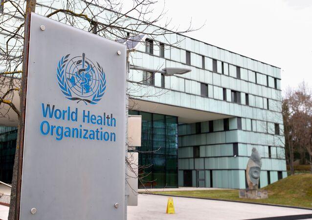 Logotipo da Organização Mundial da Saúde (OMS) fora de seu prédio em Genebra, Suíça, 6 de fevereiro de 2020