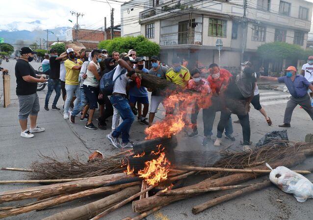 Manifestantes montam barricada durante protestos em Cali, na Colômbia