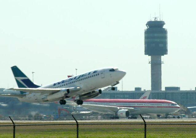 Avião decola do Aeroporto Internacional de Vancouver, no Canadá