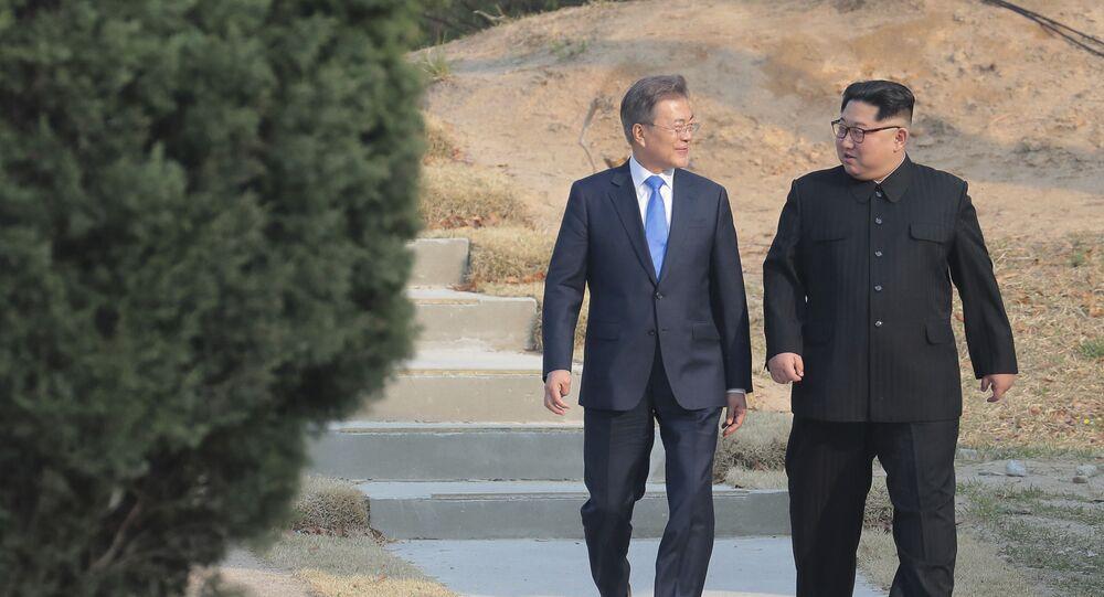 O líder norte-coreano Kim Jong-un (à direita) e o presidente sul-coreano, Moon Jae-in, passeiam juntos em Panmunjom, na zona desmilitarizada na Coreia do Sul, em um momento que as duas coreias estavam tecendo um diálogo mais próximo, 27 de abril de 2018