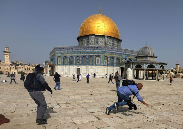 Polícia israelense entra em confronto com palestinos no complexo que abriga a mesquita de Al-Aqsa em Jerusalém, dia 10 de maio de 2021