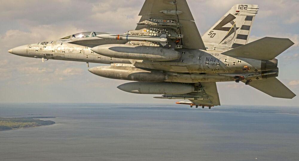 Teste do Míssil Guiado Antirradiação Avançado de Alcance Estendido (AARGM-ER, na sigla em inglês) Northrop Grumman AGM-88G a bordo de um Boeing F/A-18F Super Hornet